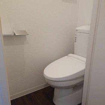 トイレ上にも収納棚付き※写真は2階の同間取り別部屋のものです