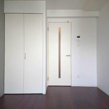 振り返るとぱきっとした白※写真は2階の同間取り別部屋のものです
