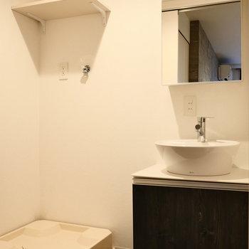 脱衣スペースに洗面台と洗濯機。