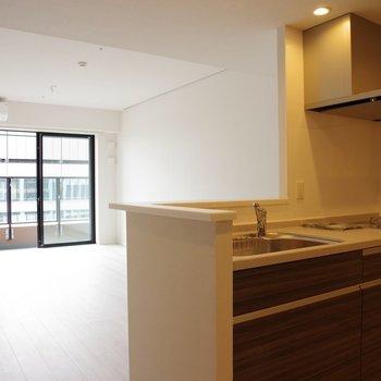 オープンキッチンと開放的リビング。一緒に食べる時間を大切に※写真は20階の同間取り別部屋のものです