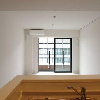 キッチンからの眺め。ここから皿を渡そう※写真は20階の同間取り別部屋のものです