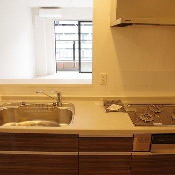3口ガスコンロ。システムキッチン※写真は20階の同間取り別部屋のものです