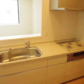広々システムキッチン※写真は18階の反転間取り別部屋のものです
