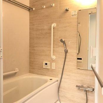 バスルーム広々。※写真は18階の反転間取り別部屋のものです