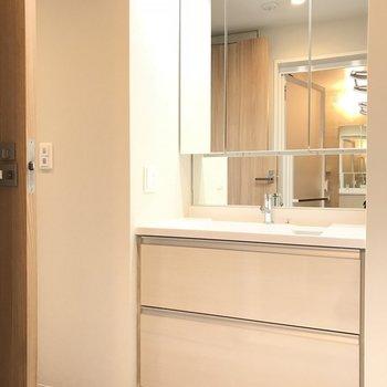 大きめな洗面台。※写真は18階の反転間取り別部屋のものです
