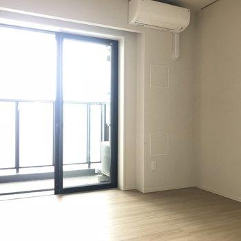 【ベッドルーム】小さなデスクを置きたい※写真は18階の反転間取り別部屋のものです