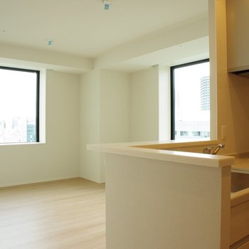 キッチン横から※写真は18階の反転間取り別部屋のものです