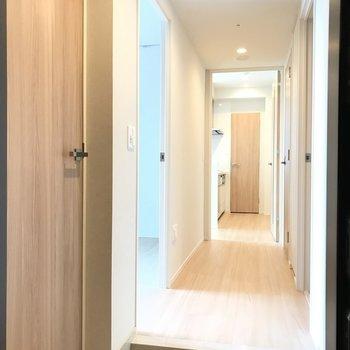 玄関から。明るい※写真は18階の反転間取り別部屋のものです