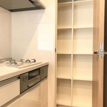 キッチン横の棚※写真は18階の反転間取り別部屋のものです
