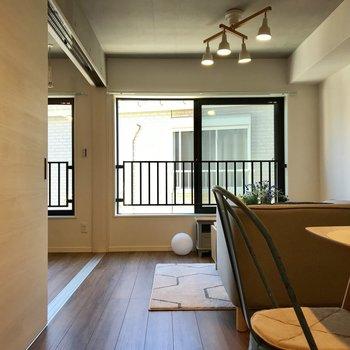 リビング正面。窓が2面あるので明るいですね〜。※写真の家具はサンプルです