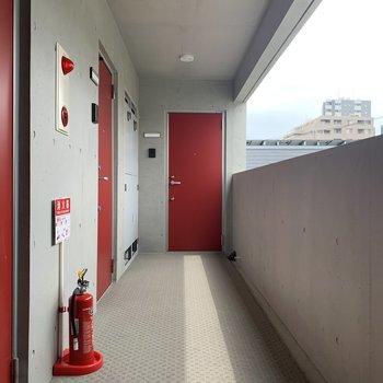 赤扉の玄関が目を惹きますね