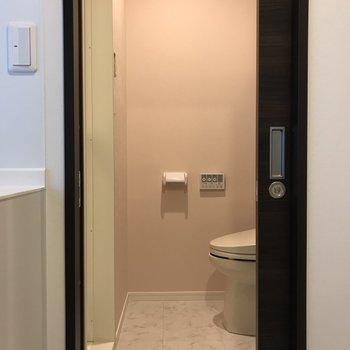 脱衣所の壁紙はピンクで柔らかさをプラス