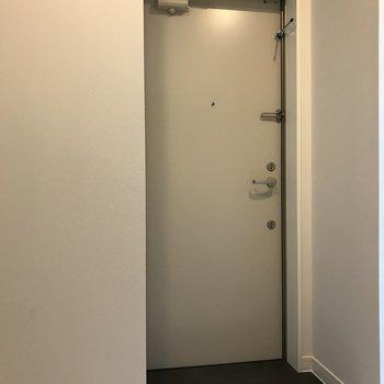 玄関床はグレーでシックに。