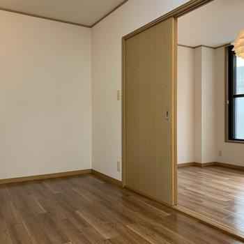 【DK】引き戸のの向こう側には、6帖洋室がちらり。