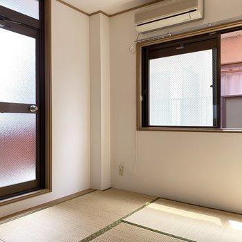 【和室】扉はベランダに通じます。