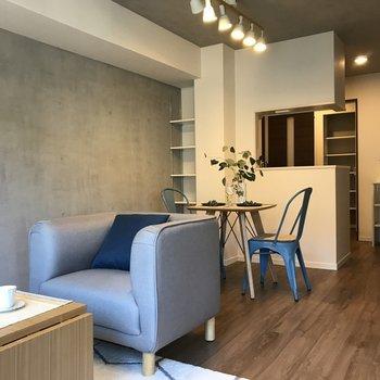 コンクリート打ちっぱなしがいい表情をだしてます。※写真は2階の同間取り別部屋、モデルルームのものです