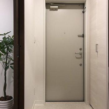玄関は白基調で広く見えます。※写真は2階の同間取り別部屋、モデルルームのものです