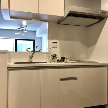 キッチン収納もこれだけあれば◎※写真は2階の同間取り別部屋、モデルルームのものです