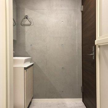 脱衣所もしっかりゆとりあり。※写真は2階の同間取り別部屋、モデルルームのものです