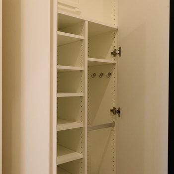 玄関収納は傘も収納できるのがいいですよね。※写真は14階の同間取り別部屋のものです