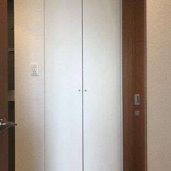 玄関おとなりに背の高い収納。※写真は前回募集時のものです