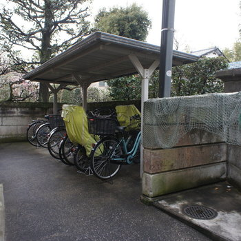 屋根つきの駐輪場とごみ置き場。※写真は前回募集時のものです。