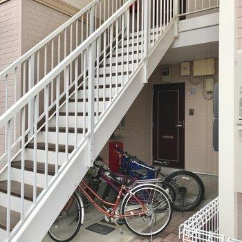 2階まではこの階段をちゃちゃっと登りましょう〜