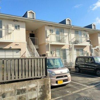 住宅街のアパート。2階の1番左のお部屋です!