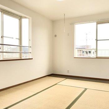 もちろんこちらも2面採光!出窓が大きいなぁ。奥の窓辺に部屋干しもできますよ!