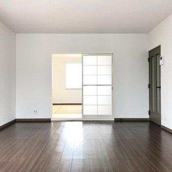テレビは和室側の壁に。それでは和室へ行ってみましょう〜!