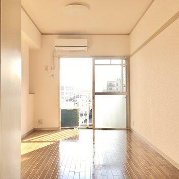 こちらは8.5帖の洋室。南向きで日当たりがいいですね。