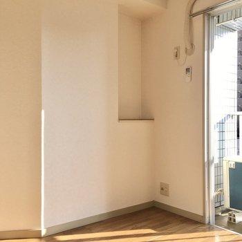 テレビ端子は窓の横に。ちょことしたスペースに植物を置いたりできそう。