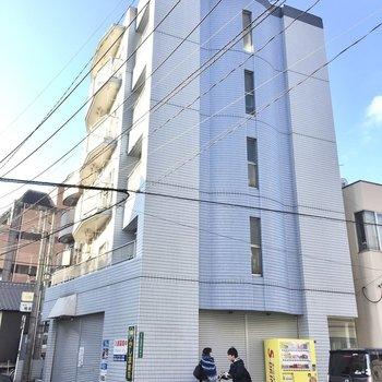 5階建てのマンションです。1階にはテナントが入っています。
