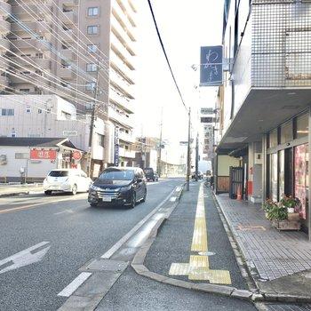 大通りには銀行などが並んでいます。