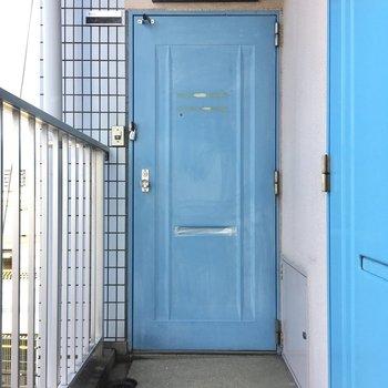 ブルーの色合いが目を引きます。