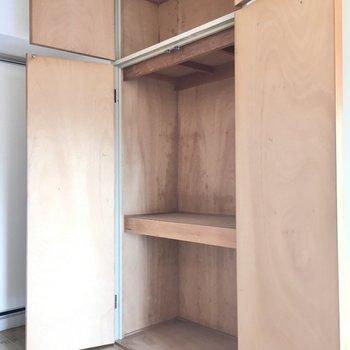 手前は収納スペース。ハンガーポールはないのでカラーボックスを組み合わせて。