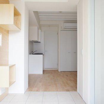 玄関入ってこの感じ ※写真は3階の同間取り別部屋のものです。