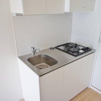 キッチン、コンパクトだけど二口 ※写真は3階の同間取り別部屋のものです。