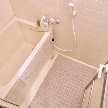 清潔感のあるデザイン。シャンプーラックなどを買い足しても良さそう。※家具・雑貨はサンプルです