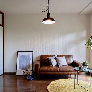 【洋室約6帖】シックな雰囲気がよく似合う。※家具・雑貨はサンプルです