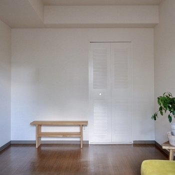 【洋室約5.3帖】窓の反対側にクローゼットもあります。※家具・雑貨はサンプルです