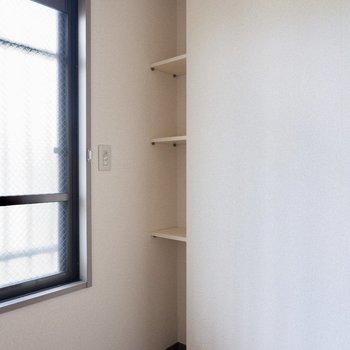 【洋室約5.3帖】お部屋の奥にはこんな収納スペースが。