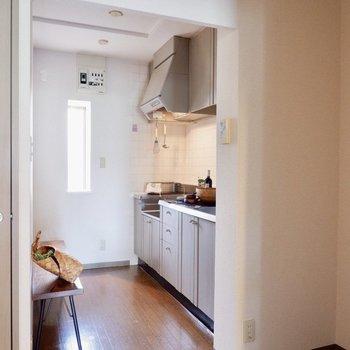 こちらがキッチンスペース。※家具・雑貨はサンプルです。