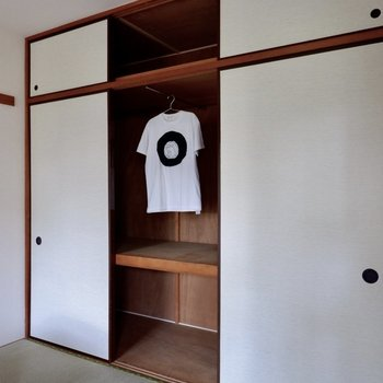 【和室】こちらにも押入れが、ポールは2本設置されています。※家具・雑貨はサンプルです