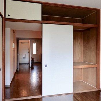 【洋室約6帖】押入れもドアの横に付いてますよ。ハンガーラックも。※家具・雑貨はサンプルです