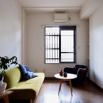 【洋室約5.3帖】セミダブルくらいのベッドがしっくり来ますね。※家具・雑貨はサンプルです
