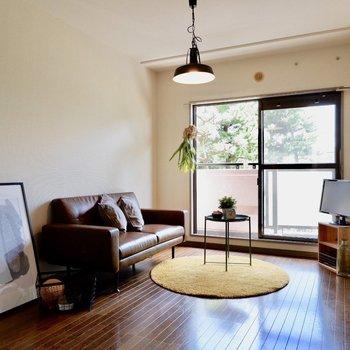 【洋室約6帖】東向きの窓からは朝日が差し込みます。※家具・雑貨はサンプルです