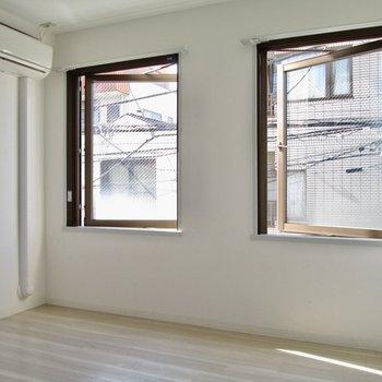 【洋室】寝室も大きな窓が2つ。