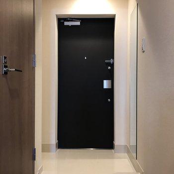 玄関はモノクロ