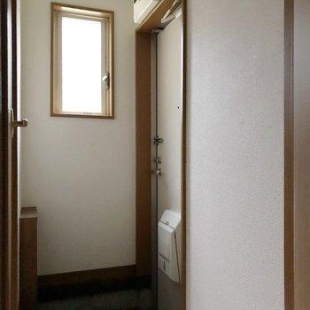 玄関側にトイレがあります。